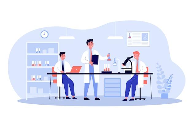 Scienziati che effettuano ricerche mediche in laboratorio