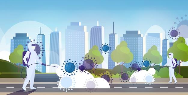 Scienziati in tuta ignifuga pulizia disinfettante cellule di coronavirus epidemia virus mers-cov wuhan 2019-ncov pandemia rischio sanitario moderna città paesaggio urbano