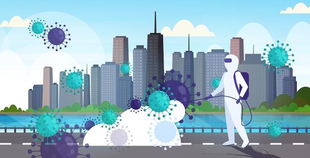 Scienziato in tuta ignifuga pulizia disinfettante cellule di coronavirus epidemia virus mers-cov wuhan 2019-ncov pandemia rischio sanitario città moderna strada paesaggio urbano