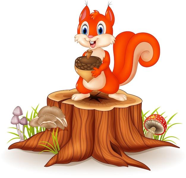 Scoiattolo divertente del fumetto che tiene pigna sul ceppo di albero