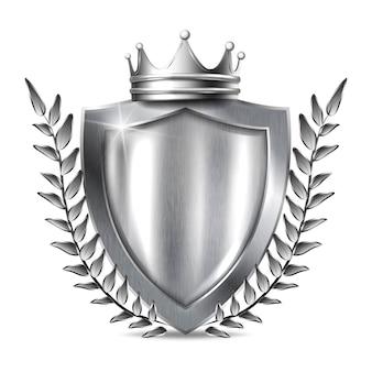 Scudo metallico con cornice. pannello metallico d'acciaio d'argento in bianco con la corona d'argento, trofeo del premio delle foglie o modello del certificato isolato su fondo bianco.