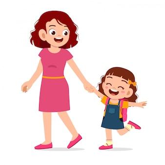 Scuola di primo giorno della ragazza sveglia felice del bambino con la madre