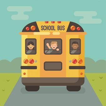 Scuolabus giallo sulla strada, vista posteriore, con tre bambini che guardano fuori dalle finestre, una ragazza e due ragazzi. ragazzo agitando la mano