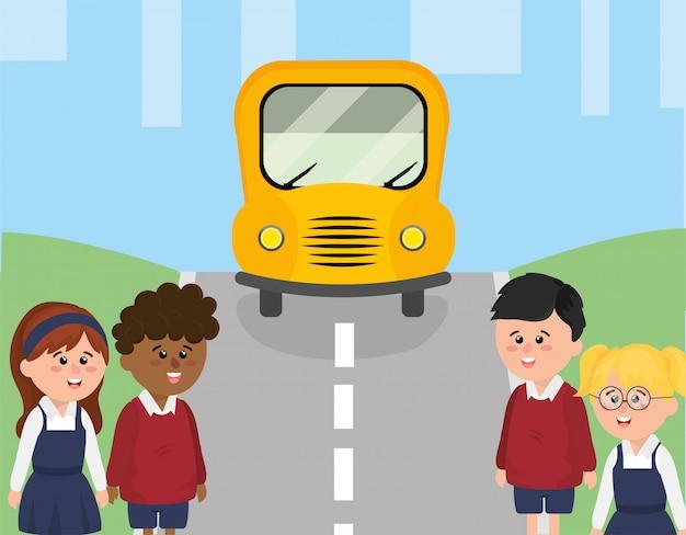 Scuolabus in strada e studenti dei bambini