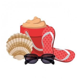 Secchio di sabbia con occhiali da sole su bianco