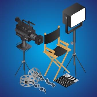 Sedia da regista realistica con videocamera; riflettore; bobina di film e batacchio su blu