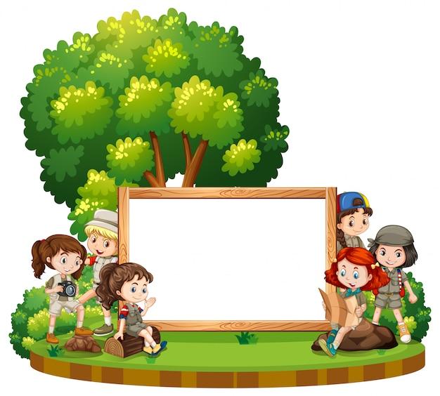 Segno in bianco con i bambini in parco di giorno