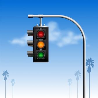 Semaforo due viste di angoli con la nuvola nella priorità bassa del cielo blu e nella siluetta della palma