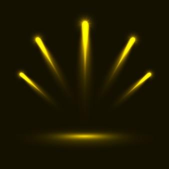 Serie di lampi, luci e scintille. luci dorate astratte isolate su uno sfondo trasparente. lampi e riflessi dorati