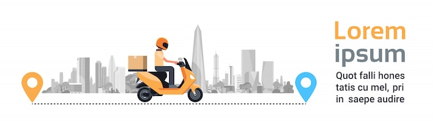 Servizio di consegna, man courier riding motorcycle con box parcel over silhouette city buildings banner orizzontale