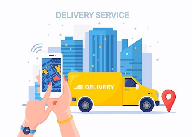 Servizio di consegna veloce con camion, furgone. il corriere consegna l'ordine del cibo. tenere in mano il telefono con l'app mobile. monitoraggio del pacco online. l'auto viaggia con un pacco in giro per la città. spedizione espressa.