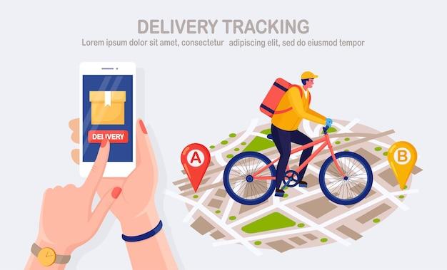 Servizio di consegna veloce gratuito in bicicletta. il corriere consegna l'ordine del cibo. tenere in mano il telefono con l'app mobile. monitoraggio del pacco online. l'uomo viaggia con un pacco sulla mappa. spedizione espressa. design