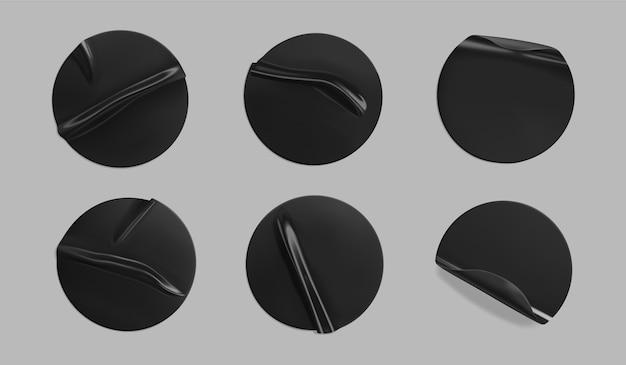 Set di adesivi adesivi rotondi neri isolati. etichetta adesiva rotonda in plastica stropicciata con effetto incollato.