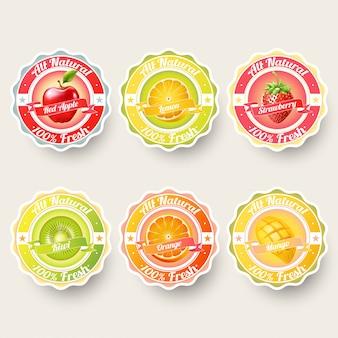 Set di arancia, limone, fragola, kiwi, mela, succo di mango, frullato, latte, cocktail e spruzzi di etichette fresche. adesivo, illustrazione del concetto di pubblicità.