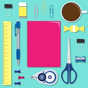 Set di articoli di cancelleria sul tavolo con il notebook al centro.