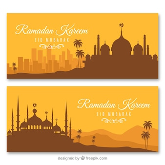 Set di bandiere del ramadan con sagome di moschee in stile piano