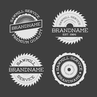 Set di bianco logotipo segheria isolato su sfondo nero. francobolli, banner ed elementi di design. lavorazione del legno e produzione di modelli di etichette. illustrazione
