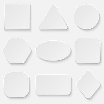 Set di bottoni bianchi quadrati e rotondi.