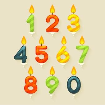 Set di candele colorate lucide della torta di compleanno. su sfondo luminoso con fiamma di fuoco.