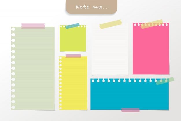 Set di carte per appunti di colore diverso ed elementi di nastro.