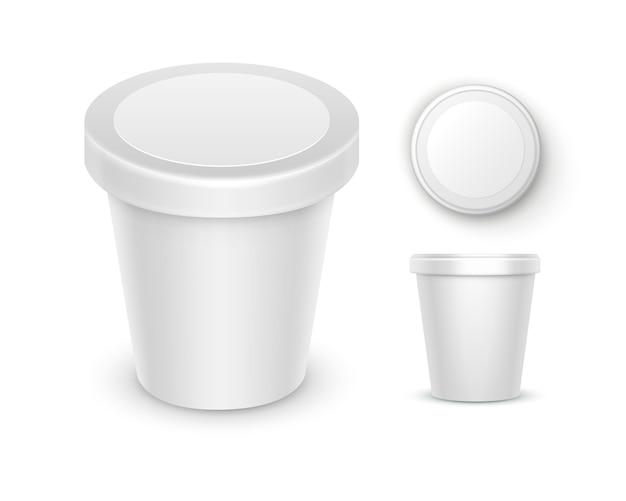 Set di contenitore del secchio della vasca di plastica dell'alimento in bianco bianco per dessert, yogurt, gelato, panna acida con etichetta per il disegno del pacchetto chiuda sulla vista laterale superiore isolata su priorità bassa bianca