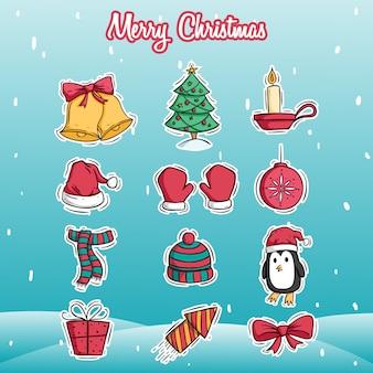 Set di decorazione di icone di natale con lo stile colorato di doodle sulla neve