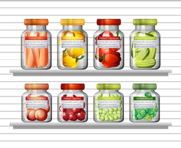 Set di diverse verdure in diversi barattoli e cibi in scatola sugli scaffali a muro