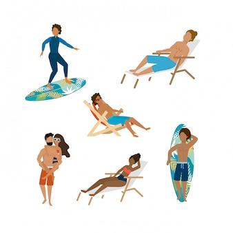Set di donne e uomini che indossano pantaloncini da bagno e costume da bagno con tavola da surf e sedia abbronzante. isolato