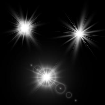 Set di effetti di luce incandescente con trasparenza isolato su sfondo nero. riflessi di lenti, raggi, stelle e bagliori con la collezione bokeh.