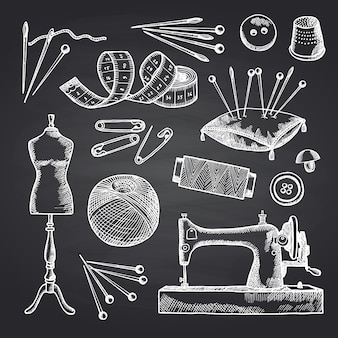 Set di elementi da cucito disegnati a mano sull'illustrazione lavagna nera. strumenti per lavoro manuale e cucito