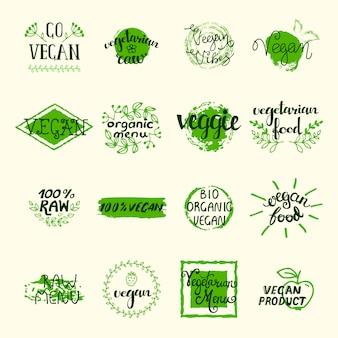 Set di elementi vegani di etichette verdi loghi e firma in stile retrò