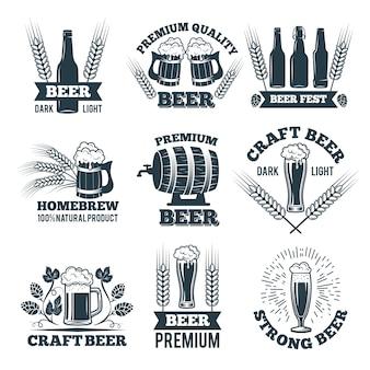 Set di etichette o distintivi di birra.