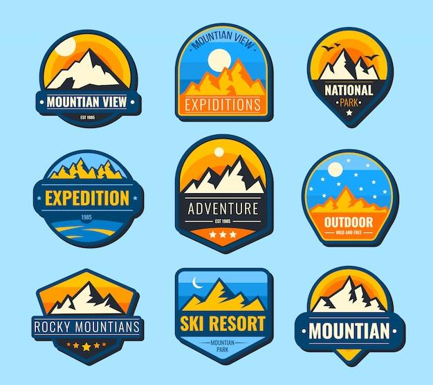 Set di etichette piatte di montagne di neve