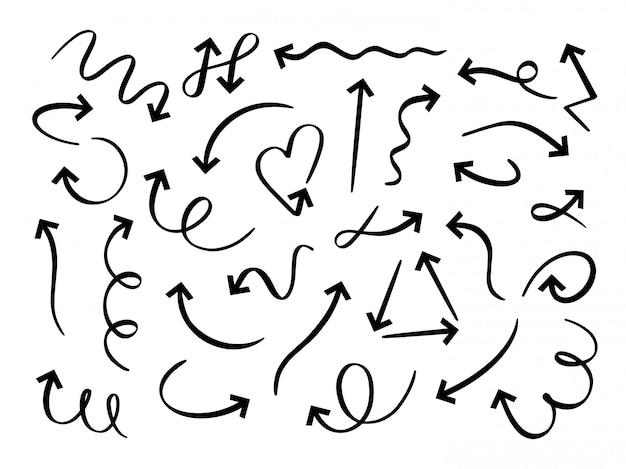 Set di frecce disegnate a mano. freccia di schizzo, linea a punta di scarabocchio curvo e set di puntatori rotondi di doodle. pennarello contorto e circolare. punta di freccia di direzione, pacchetto di indicatori su sfondo bianco