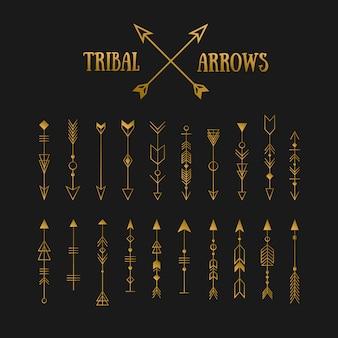 Set di frecce tribali hipster oro sulla lavagna