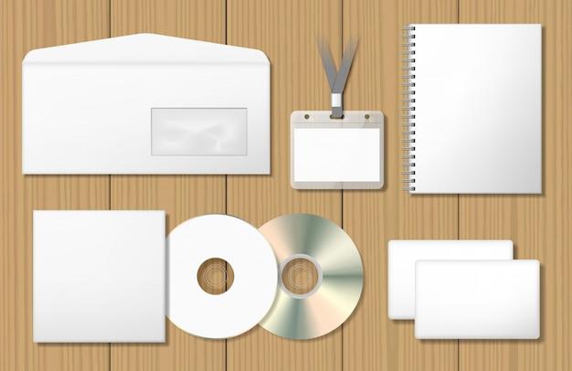 Set di mock-up di identità aziendale vuoti. blocco note, copertina cd, badge con nome, busta, biglietto da visita.