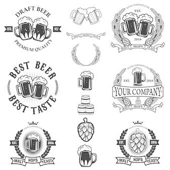 Set di modelli di etichette con boccale di birra isolato su sfondo bianco.