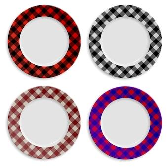 Set di piatti con motivo a scacchi isolato su bianco