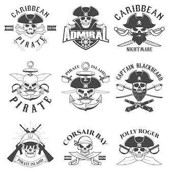 Set di pirati logo, etichette, emblemi ed elementi di design. corsari. baia pirata.