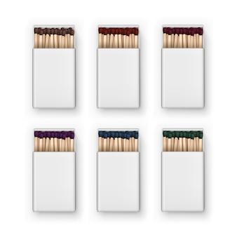 Set di scatole vuote aperte di colore marrone rosso blu verde viola partite vista dall'alto su sfondo bianco
