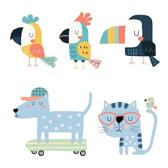 Set di simpatici pappagalli, tucano, gatto e cane su skateboard.