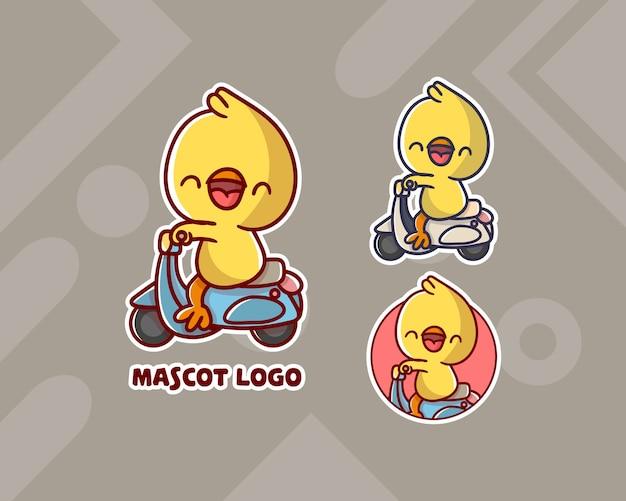 Set di simpatico logo mascotte pollo vespa con aspetto opzionale.