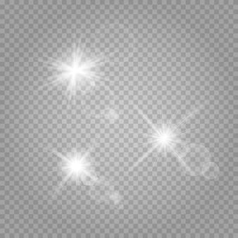 Set di stelle. la luce bianca incandescente esplode su un trasparente.