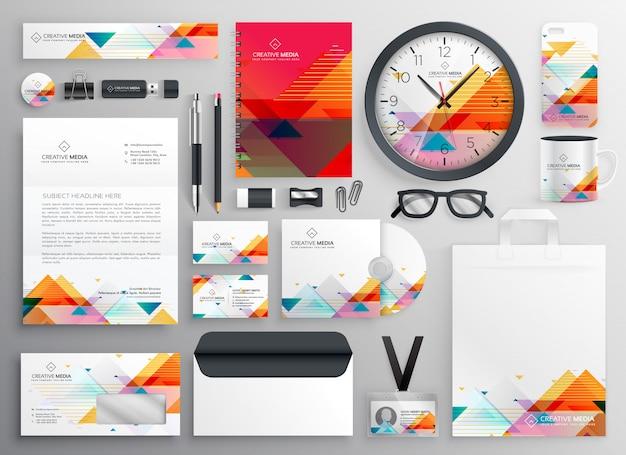 Set moderno di articoli di cancelleria di marca con forme astratte