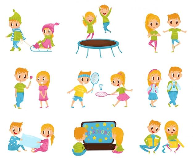 Set piatto con simpatico ragazzino e ragazza in diverse azioni. saltare sul trampolino, guardare i cartoni animati, aprire i regali