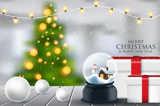 Sfera di cristallo, palla di neve con albero di natale innevato, abete rosso all'interno, neve che cade, realistica decorazione natalizia