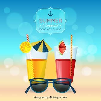 Sfocato sfondo estivo con cocktail e occhiali da sole
