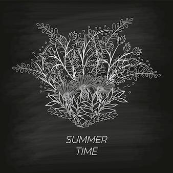 Sfondo floreale estivo sotto forma di una corona di fiordalisi e foglie disegnate a mano sulla lavagna nera sporca.