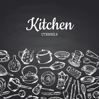Sfondo su illustrazione lavagna nera con utensili da cucina e posto per il testo. banner o poster vintage per ristorante