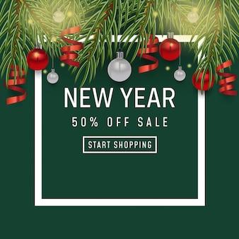 Sfondo vacanza felice anno nuovo. manifesto di vendita, design di natale con realistici oggetti festivi, rami di pino e abete rosso, pallina pallina